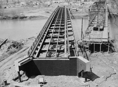 Benton Street Bridge in Iowa: Übersichtsfoto aus geringer Höhe mit Blick nach Westen, rechts die alte Brücke, 23. April 1949