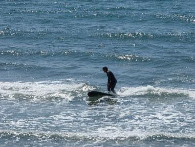 立つ位置が波側になりすぎると横に刺さってしまいますよ~