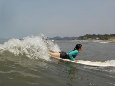 しっかりと波を滑る感じを受けテイクオフ!