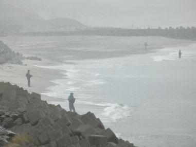 昼から雨が降っても釣り師は沢山。