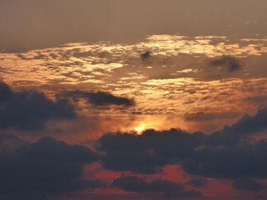 今日は雲ブロックの夕日でしたが、きれいな色に包まれました。