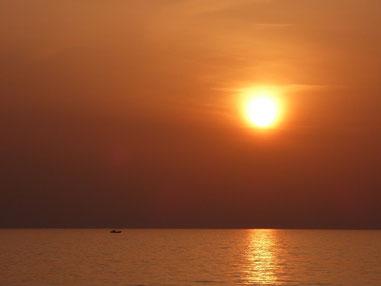 左の船はココより夕日が近く見えるのかな??