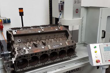 Motorblock Dichtflächen planen MAN V12 Motor