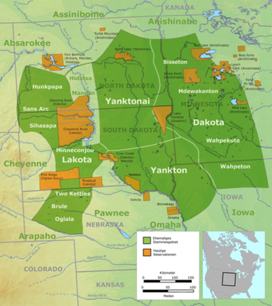 Ehemalige Stammesgebiete der Sioux-Gruppen (grün): der Lakota, der benachbarten Nakota (Yanktonai und Yankton) sowie Dakota-Stämme und heutige Reservationen (orange)