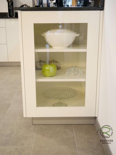 Weiße, offene Hochglanz Wohnküche mit Granit Arbeitsplatte Nero Assoluto poliert mit kleiner Kochinsel u. Sitzplatz, raumhoher Hochschrankzeile mit Glasvitrinen als Küchenabschluss u. Verbindung zum Wohnraum