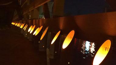 地域住民の子供たちの願いが書かれた竹灯篭