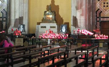 Devant l'autel Sainte Thérèse à Lisieux