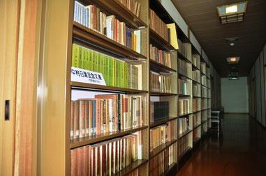 別棟の二階にある「中村白葉記念文庫」