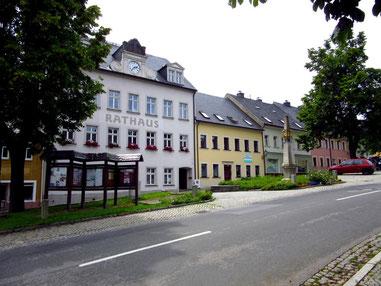 Der Marktplatz von Jöhstadt mit Rathaus und Postmeilensäule