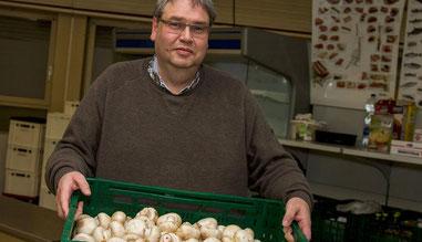 Tafel-Geschäftsführer Günter Spikofski nimmt auch lange Wege in Kauf, um Ware abzuholen. In Duisburg gibt es nur wenig Lebensmittelproduzenten, und die Discounter kalkulieren nur knapp. (RP-Foto: Christoph Reichwein)