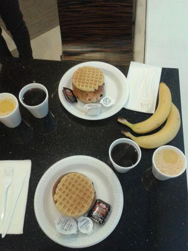 """""""continental breakfast"""" - Milchbrötchen, Waffeln, Orangennektar & viel Plastik (Bananen & Filterkaffee waren gut)"""