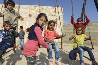 Flüchtlingskinder spielen im geschützten Innenhof des Kindergartens in Dekwaneh/Libanon