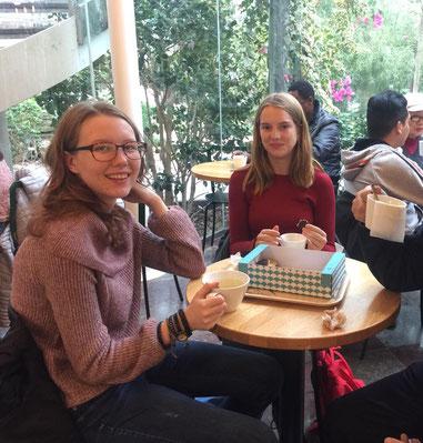 Lara und Klara bei einem Ausflug in den botanischen Garten in Stockholm mit der Caritas