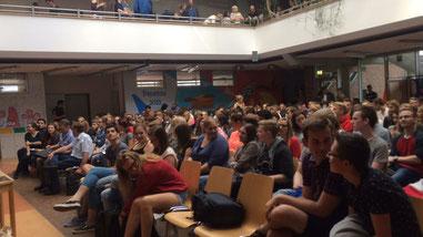 Rd. 250 Zuhörer folgten der Diskussionrunde im Forum der BBS - Foto: SJR