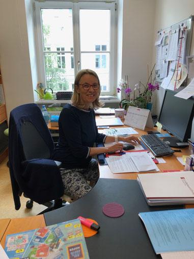 Beate Fidi an ihrem Hauptarbeitsort: dem Schreibtisch.