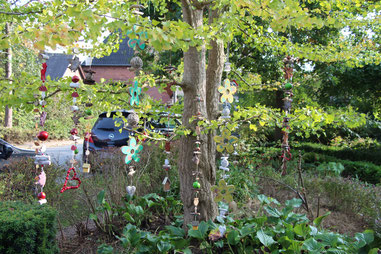 Girlanden in verschiedenen Farben in einen Baum gehängt.