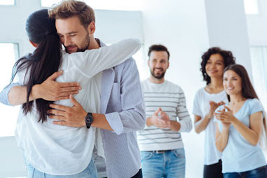 Familie ist glücklich nach Familien-Aufstellung FMC in Gruppe in Naturheilpraxis Voglreiter Yogaschule Voglreiter Bad Reichenhall