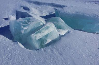 Sie wirken winzig auf dem Foto, aber in der Realität sind diese Eisblöcke meterdick!