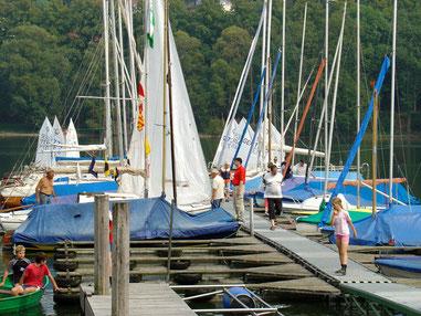 Am Steg festgemacht haben Piraten, Varianten, Zugvögel, Hansa-Jollen und andere Boote. Durch die unmittelbare Nähe zum Vereinshaus ist der Steg des SCA´s nicht weit.
