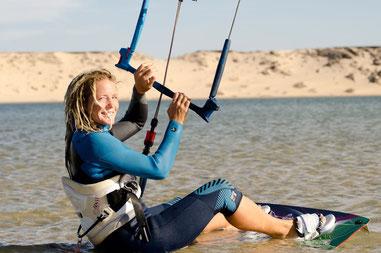 Rasta Tanja am Strand beim kitesurfen