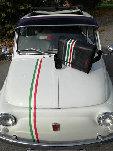 Passend zum Auto, einem Fiat 500: Die Umhängetasche aus Fahrradschlauch und Leder von Stef Fauser Design Berlin.