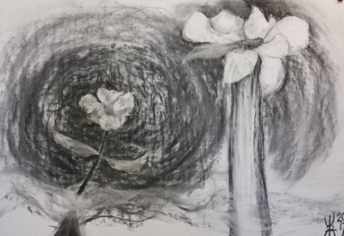 twee bloemen getekend met houtskool, een klein in een draaikolk van wind, en één met een enorme steel zonder blad, getekend met houtskool op wit papier.