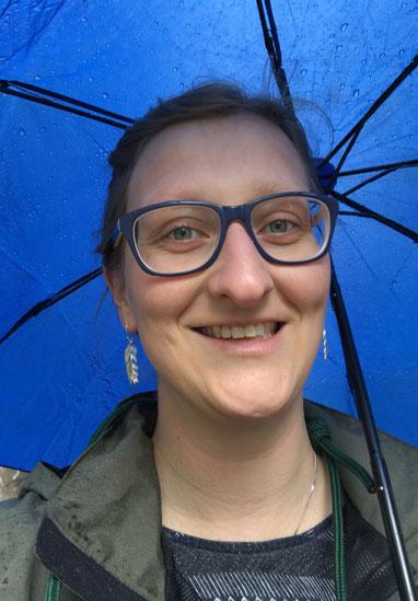 Selfie van Annemieke Rodenburg, met een blauwe paraplu