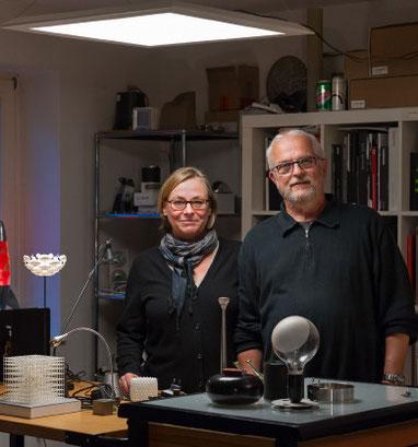 Ruth und Werner Günther in ihrer Werkstatt – die Experimentierfreude der Innenarchitekten mündet unter anderem in zahlreiche Leuchten- Prototypen.