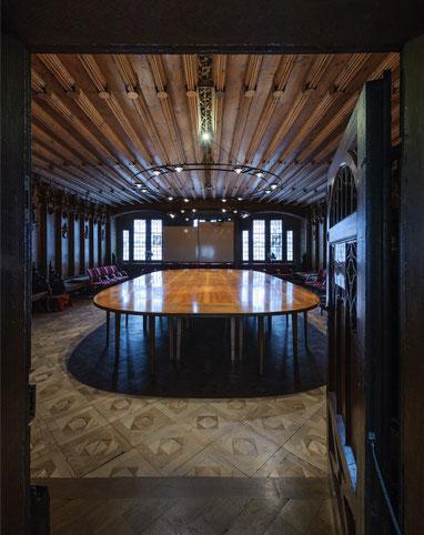 Die Halogenleuchter im Überlinger Rathaussaal fallen kaum auf – genau das war eine der zahlreichen Anforderungen an die neue Beleuchtung im historischen Saal.