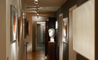 Vom Atelier über den Wohn- und Küchenbereich bis zur Werkstatt: Der Innenraum der beiden Lichtplaner wird zu einer Art Showroom des eigenen Schaffens.