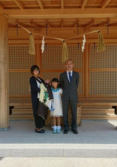 総社宮拝殿の前で記念撮影をする初宮詣のお参りに訪れたとうやちゃん親子
