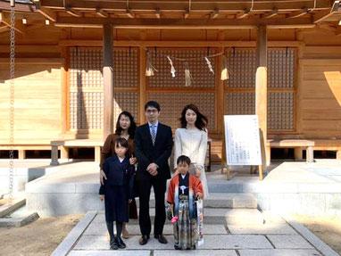 総社宮拝殿の前で記念撮影をする七五三詣のお参りに訪れたはるくんご家族