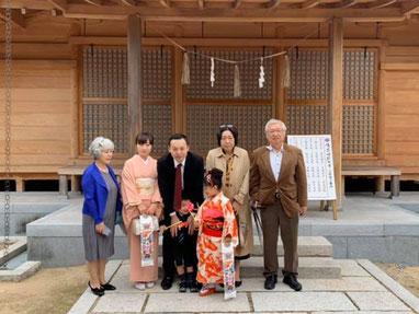 総社宮拝殿の前で記念撮影をする七五三詣のお参りに訪れたさきこちゃん、むねまさくんご家族