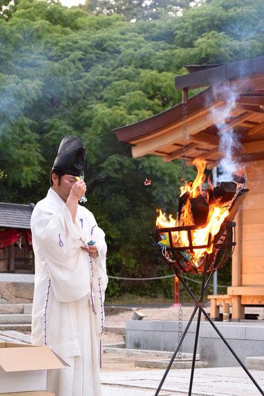 総社宮拝殿前で株式会社白十字様のお焚き上げ神事をする武部宮司