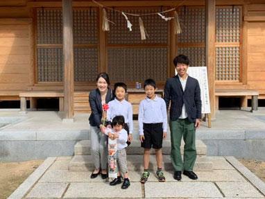総社宮拝殿の前で記念撮影をする七五三詣のお参りに訪れたりょうたくんご家族