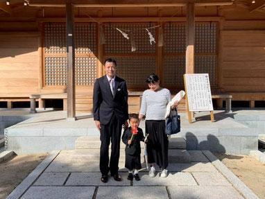 総社宮拝殿の前で記念撮影をする七五三詣のお参りに訪れたたけるくんご家族