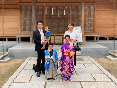 総社宮拝殿の前で記念撮影をする七五三詣のお参りに訪れたかなこちゃん、きょうすけくんご家族