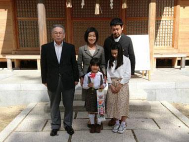 総社宮拝殿の前で記念撮影をする七五三詣のお参りに訪れたあやのちゃんご家族