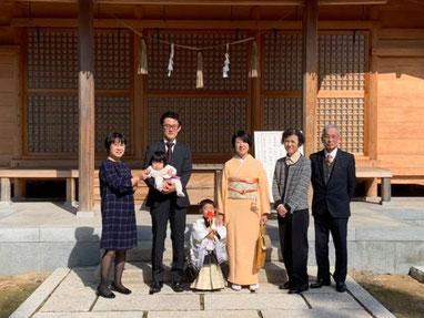 総社宮拝殿の前で記念撮影をする七五三詣のお参りに訪れたたいげんくんご家族