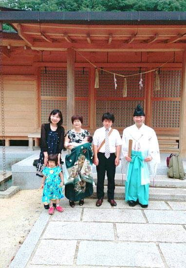 総社宮拝殿の前で記念撮影をする初宮詣のお参りに訪れたたくみくん家族