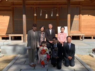 総社宮拝殿の前で記念撮影をする七五三詣のお参りに訪れたいとちゃんご家族