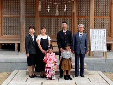 総社宮拝殿の前で記念撮影をする七五三詣のお参りに訪れたましろちゃんご家族