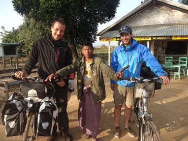 Premier jour de vélo en Birmanie avec de gauche à droite, moi-même, notre hôte pour le déjeuner et mon frère Marc.
