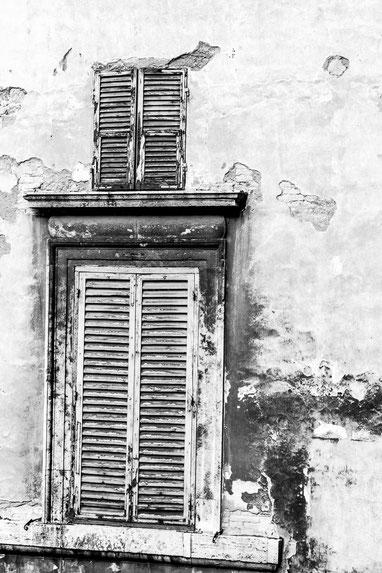 persiana in legno in bianco e nero a gubbio (Perugia)