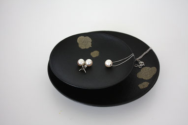 Small black plate with Jewerly