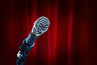 Mikrophon vor rotem, elegantem Vorhang