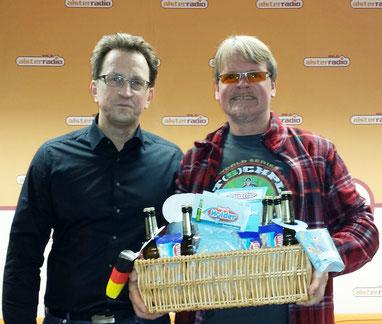 Claus Knupper überreicht AC vom Alsterradio seinen Snackholder