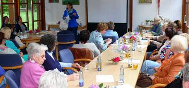 Die Heilpraktikerin Barbara Harms, Bexhövede, referierte vor den  Landfrauen  auf dem Gesundheitstag in Kramelheide über Homöopathie und Allergien.