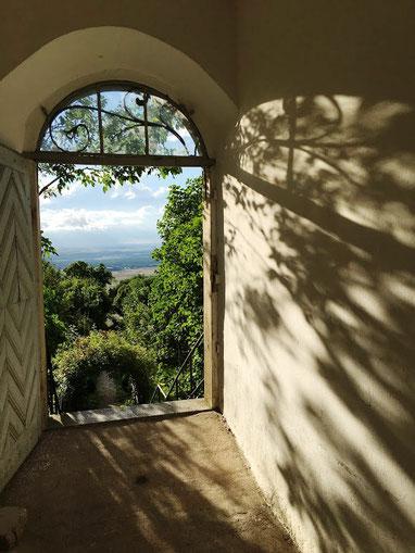 Blick aus dem Rundfenster vom Schwanberg beim Yoga