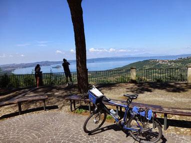 Montefiascone über dem Lago di Bolsena